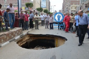 هبوط خط رئيسى للصرف الصحى أمام مول عوض الله الجديد بالمنصورة3